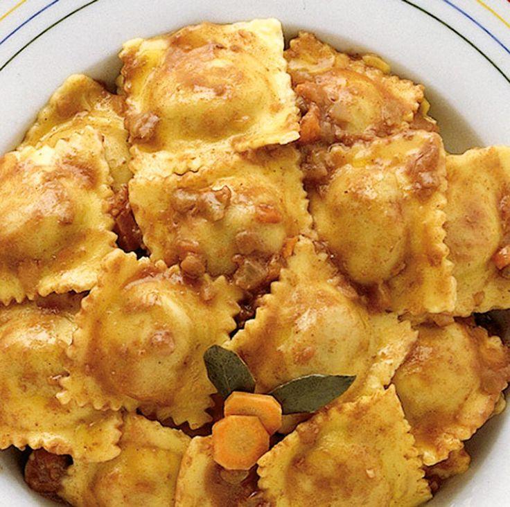 Scopri la ricetta, gli ingredienti e i consigli di Sale&Pepe per preparare i ravioli di carne con la pasta fatta in casa.