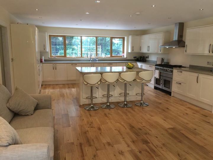 Modern Kitchen Gloss Cream Grey Worktop Corian Howdens Range Master Country Oak Floor Kitchen