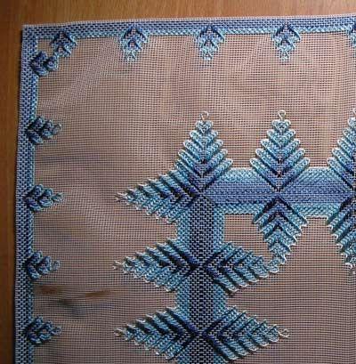Уголок большой салфетки в синих тонах..  Хвастушки - вышивка продёрнутой нитью