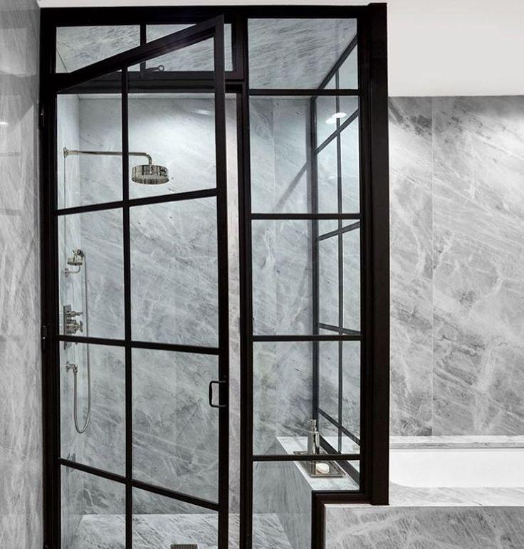 Kontrasten #badrum #dusch #marmor #rumsavskiljare #skiljevägg #stallfönster #badrumsdrömmar #badrumsrenovering #duschdörrar #inredning #inredningsdetaljer #interiör #bathroomdesign #inspo #design #steelframe #doors #glassdoor #shower #interior #interiors