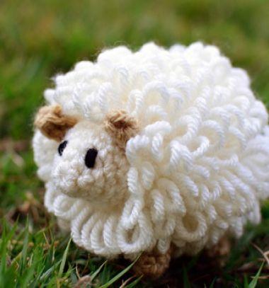 Easy little fluffy amigurumi sheep - free crochet pattern // Egyszerű amigurumi pompon bárányka - ingyenes horgolásminta // Mindy - craft tutorial collection // #crafts #DIY #craftTutorial #tutorial
