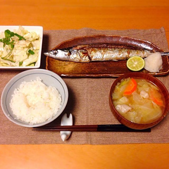 秋刀魚の塩焼き、キャベツとシソのゴマ塩サラダ、豚汁。いただきます。 - 21件のもぐもぐ - 今日の晩御飯 by yujimrmt