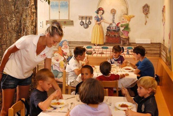 Il 'Family Hotel Biancaneve' è un hotel 4 stelle superior a Selva di Val Gardena, in Alto Adige, direttamente sulle piste da sci. E' un hotel di lusso capace di accontentare genitori esigenti e figli fantasiosi. Le camere sono ampie e confortevoli, ci sono inoltre molti servizi per bambini. Leggete di più sulle caratteristiche di questo hotel.