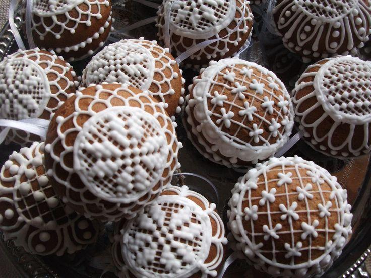 Mézeskalács tésztából készűlt kézzel diszitett  www.szivesmezes.hupont.hu