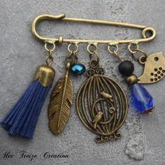 Bijou créateur mode - broche epingle bronze breloques cage oiseau plume pompon suédine bleu et perles fantaisies tons bleu et noir