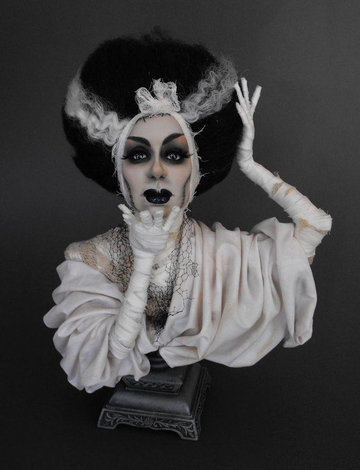 Дастин POCHE мультимедийный художник, он создает оригинальные скульптуры. Получил образование в институте искусств Колорадо. Черпает вдохновение в любви к моде и опирается на опыт работы в дизайне костюма, и иллюстрациях в индустрии моды. Его первое появление в мире кукольников с реконструкцией будуара кукол, созданного около 1920 г., было встречено с восхищением.