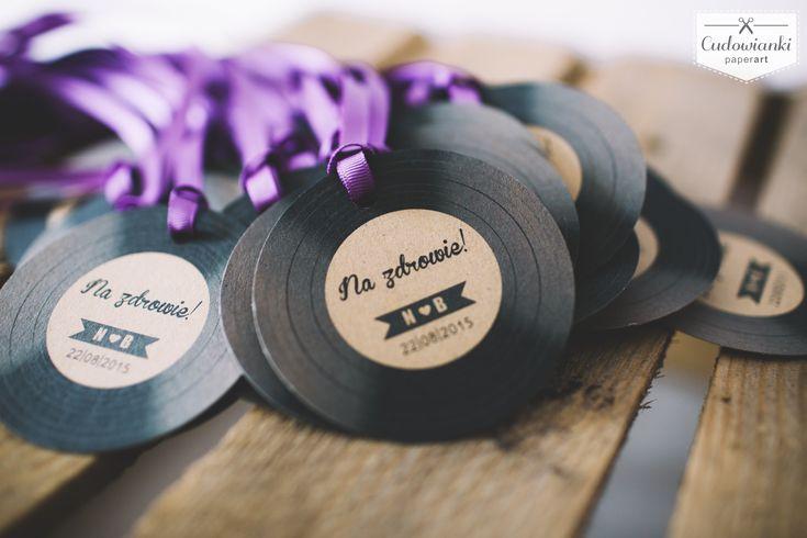 Wedding, alcohol labels on the bottle, made of eco paper with ribbon. / Zawieszka na alkohol w formie płyty winylowej, na wstążce rypsowej, wykonana z papieru ekologicznego.