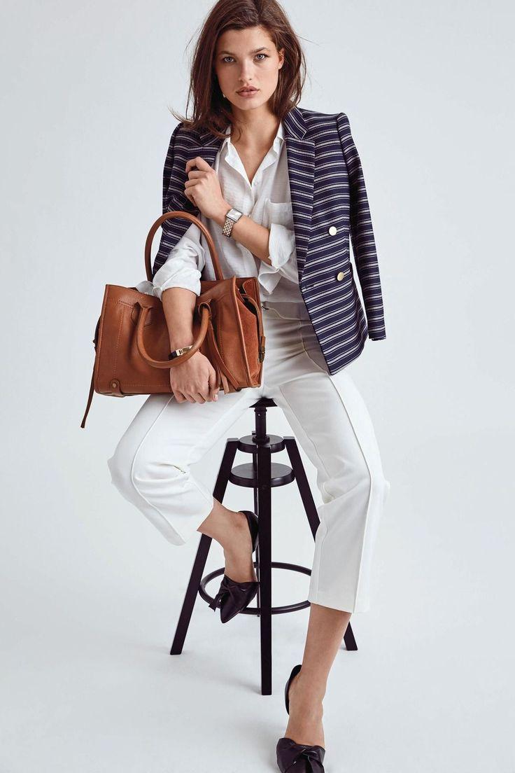 Pokud jsou džíny stavebním kamenem ležérního šatníku, na kalhotách s puky se dá pro změnu vystavět ten elegantní. Nám se líbí sněhově bílé kalhoty Next, vsadit ale samozřejmě můžete na jakoukoli jinou variantu.