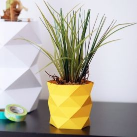 Simply fold a sheet of yellow paper to decorate your pot like a small pineapple. (In French)
