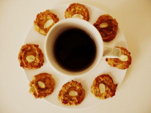 Sušenky z jahelné mouky s domácí marmeládou. Ke kávě ideální.