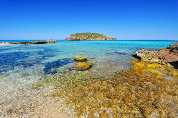 Cala Conta Hier vindt u drie stranden in één. De meest afgelegen is een kleine baai die gebruikt wordt door nudisten. Huur een waterfiets of zwem naar het nabijgelegen kleine eilandje. Omdat de stranden niet heel groot zijn, kan het hier behoorlijk druk worden in de zomer.