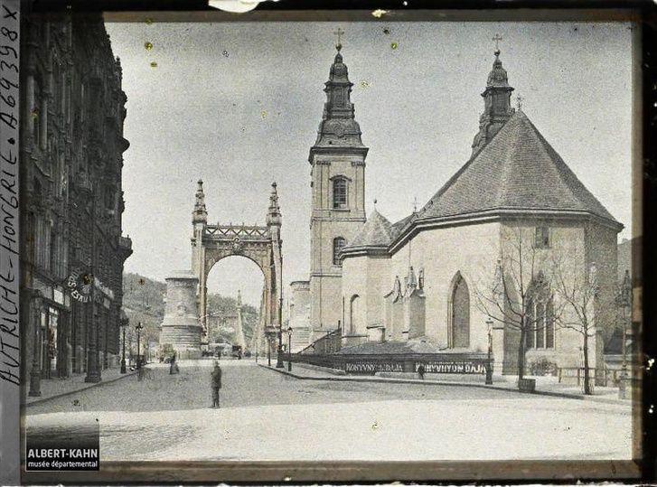 Az Erzsébet híd pesti hídfője 1913-as monokróm felvételen