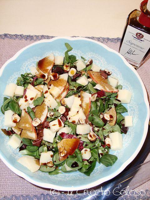Insalata di valeriana, mele, caciotta e nocciole