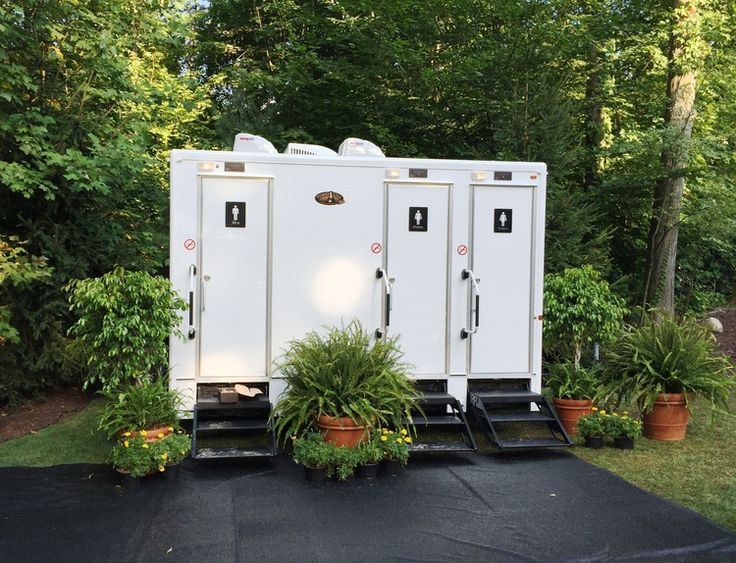 It's all in the details. Fresh flowers and outdoor flooring made this outdoor restroom just as appealing as if it were indoors. Spruce up your outdoor wedding by renting a restroom trailer! #ohio #wedding #outdoorwedding