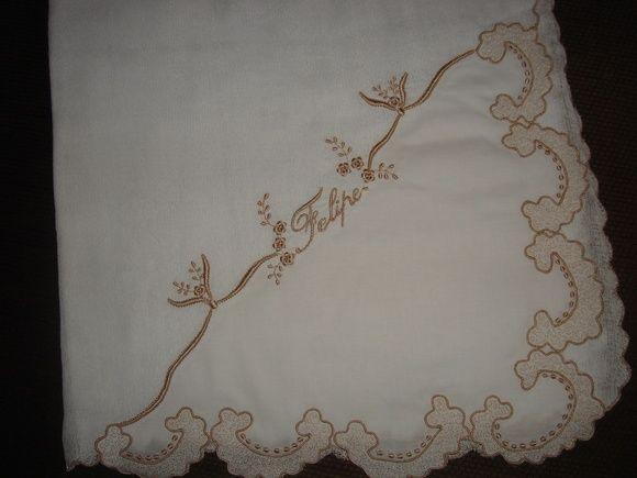 Fralda bordada com canto em cambraia.  Fralda 70x70 finalizada com caseado em toda a volta e o canto em cambraia de algodão.  Pode ser usada também como vira manta.