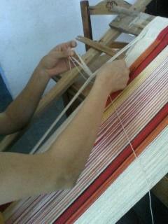 armando urdimbre en el telar aborigen