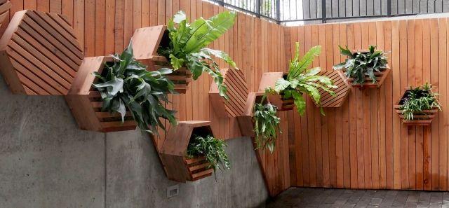 Vertikale Gartengestaltung urban Blumentopfe Wand-Holz verkleidung