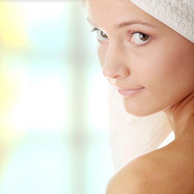 КАК СДЕЛАТЬ ХИМИЧЕСКИЙ ПИЛИНГ ДОМА: ТОНКОСТИ, ОПАСНОСТИ, ПРОТИВОПОКАЗАНИЯ. Химический пилинг — необходимая процедура, если тебе больше 25. Так, он улучшает цвет лица, убирает мелкие морщинки, делает лицо матовым и ухоженным. В последнее время часто девушки покупают наборы…
