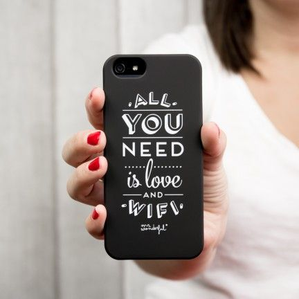 """Carcasa en negro para iPhone 5 y 5S """"All you need is love and wifi"""""""