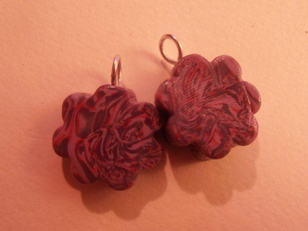 Paire de Breloques Fleurs violettes. disponible sur :   http://www.alittlemercerie.com/fleurs/fr_paire_de_breloques_fleurs_chamaree_violettes_-4495285.html