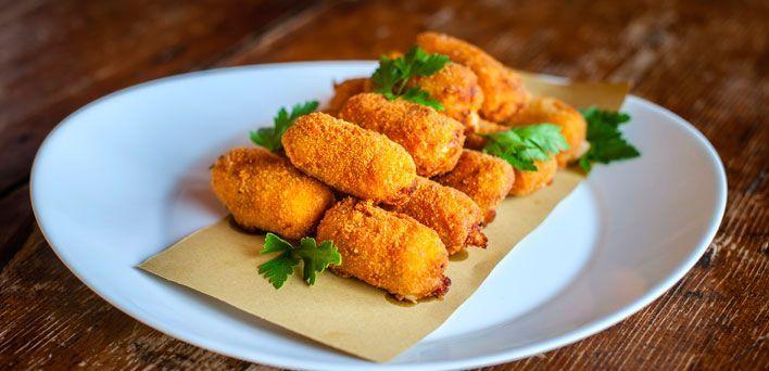Crocchette di prosciutto  e scalogno. Per leggere la ricetta: http://mybusiness.bormioliroccocasa.it/mybusiness/it/home/Idee-e-Consigli/happy-hour/crocchette.html
