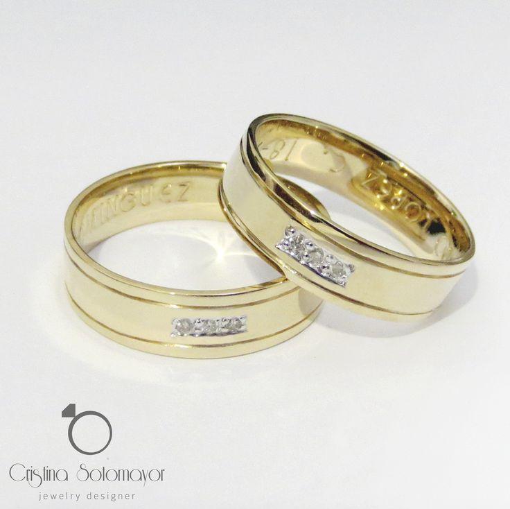 Aros de matrimonio elaborados a mano en oro amarillo de 18k con diamantes. 18k handmade yellow gold wedding rings with diamonds.
