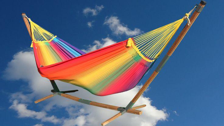 De Rainbow Two Large hangmat in een mooie houten standaard