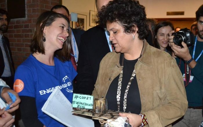 No final da tarde desta segunda (7/12), na embaixada brasileira em Paris, a ONG brasileira Engajamundo, que busca aproximar a juventude brasileira de conferências internacionais, entregou à ministra do Meio Ambiente, Izabella Teixeira, o troféu Cara de Pau.