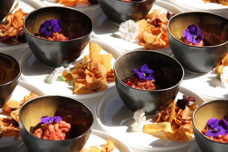 Pastinaaksoepje met garnalen, viooltje en chips van vergeten groenten