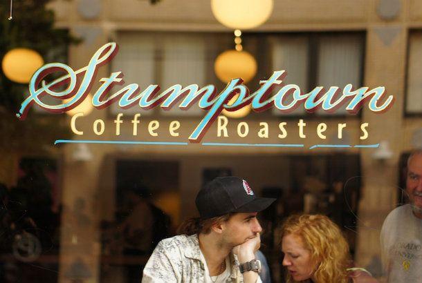 Stumptown(スタンプタウン)とは、木の切り株の意味。木を切り倒し、街を形づくってきた、この地の開拓の歴史を象徴する、ポートランドのニックネームのひとつです。 そして、そのニックネームとともに、地元のフロンティア精神を受け継ぐ、ポートランド発のコーヒーショップが、「Stumptown Coffee Roaster...