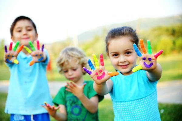 Cómo ayudar a un niño introvertido. La timidez es un rasgo de personalidad más, no podemos establecer una edad concreta en la que empiezan a denotarse dichos problemas, pero casi el 15% de los menores de seis años sufren de introversión...