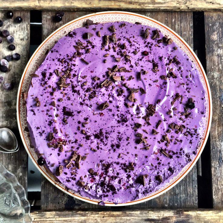 Underbar raw blåbärscheesecake med choklad- och hasselnötsbotten