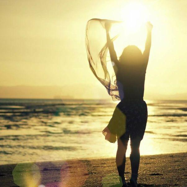 Die bedingungslose Liebe achtet alles was ist. Sie kann mit Gleichgültigkeit verwechselt werden, denn sie fordert nicht. Liebe ist die stärkste Kraft im Kosmos. Es gibt nichts stärkeres. Liebe ist ohne Bedingungen. Wo bedingungslose Liebe ist, ist Freiheit. Liebe ist auch Dankbarkeit.