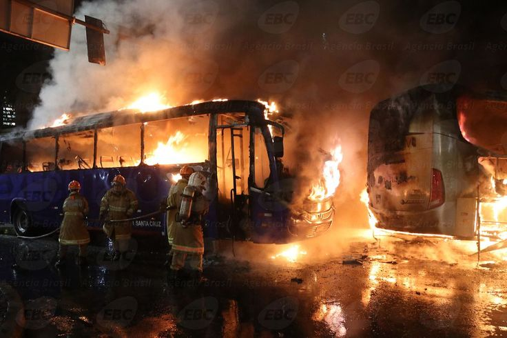 Manifestantes incendeiam ônibus durante protesto no Rio