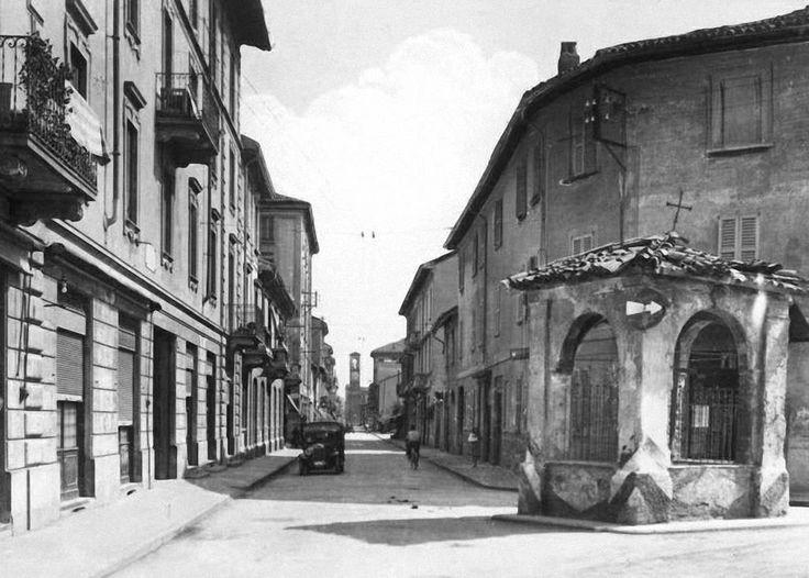 Via Conte Rosso. E' ancora più o meno così. Tra Don Camillo e Peppone (eh) trovate un negozio di abbigliamento vintage e almeno un paio di ristoranti...