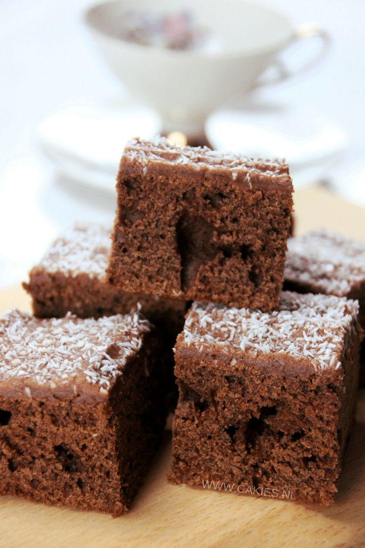 Een recept voor Skúffukaka, een lekker Ijslandse brownie met een zachte chocola/koffie glazuur laagje bestrooid met kokos.