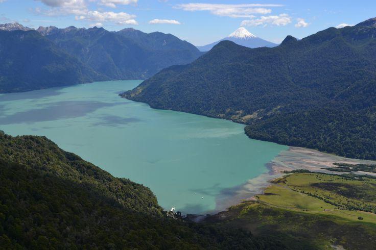 Peulla. Lago Todos los Santos, desembocadura del Rio Peulla. Al fondo Volcán Osorno Foto: Folke Bergström G.