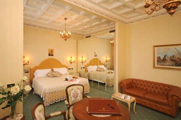 Grand Hotel Excelsior a Chianciano Terme. Ampie camere con salotto ed eleganti finiture, possiedono tv con schermo al plasma da 32''. Disponibili con parquet o con moquette, sono provviste di bagno con vasca e doccia.