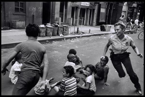A New-York police officer playing with kids from Harlem, 1978. http://t.co/JARY8IH6No