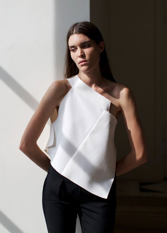 Coperni Femme SS15, Paris Fashion Week/Garance Doré  linea del cuello completa hast el pliegue en el brazo