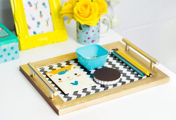 Como fazer uma bandeja decorativa com um porta retrato ou moldura e papel de presente |  DIY tray: