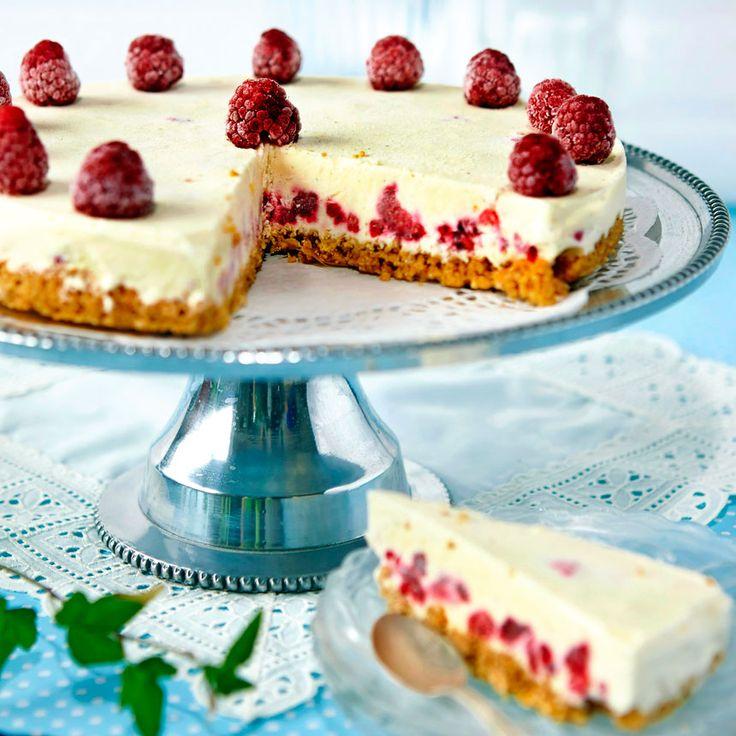 Cheesecake med fyllning som smaksatts med vanilj och hallon.