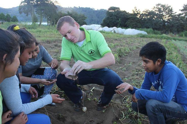 Christopher Hoyt, der Leiter des nph-Kinderdorfs in Guatemala,erklärt den Kindern die Auswirkungen von El Niño.