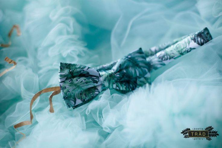 ПРИЗНАК ВКУСА И СТИЛЯ ЭТИМ ЛЕТОМ - СВЕЖИЕ ЛЕТНИЕ ТРОПИЧЕСКИЕ ЛИСТЬЯ!   #bg_bow . 🌴 TROPICAL LEAVES II - Двойная бабочка из матового шёлка с принтом из тропических листьев. Выполнена в оттенках зеленого и бирюзового цветов. . 👀 Хотите посмотреть на ВСЕ наши галстуки-бабочки в наличии? Переходите по ссылке в профиле в наш интернет-магазин! Мы регулярно обновляем его, добавляем новинки и акции! 🙌 . Особенности: ▪️ Производство: полностью ручная работа; ▪️ Узор: #bg_Floralpattern; ▪️ Вид…