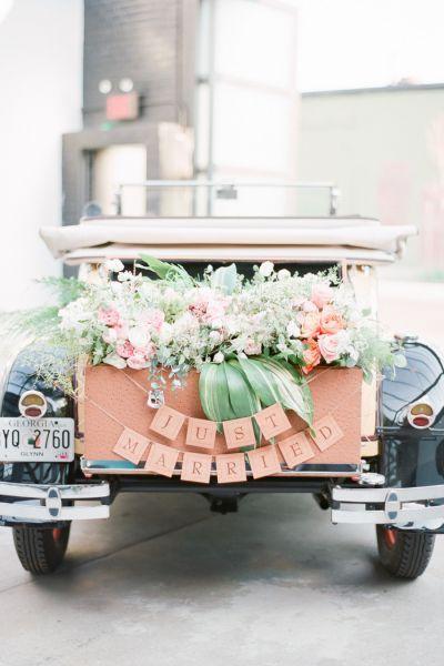 Une décoration de votre voiture avec des fleurs et une banderole