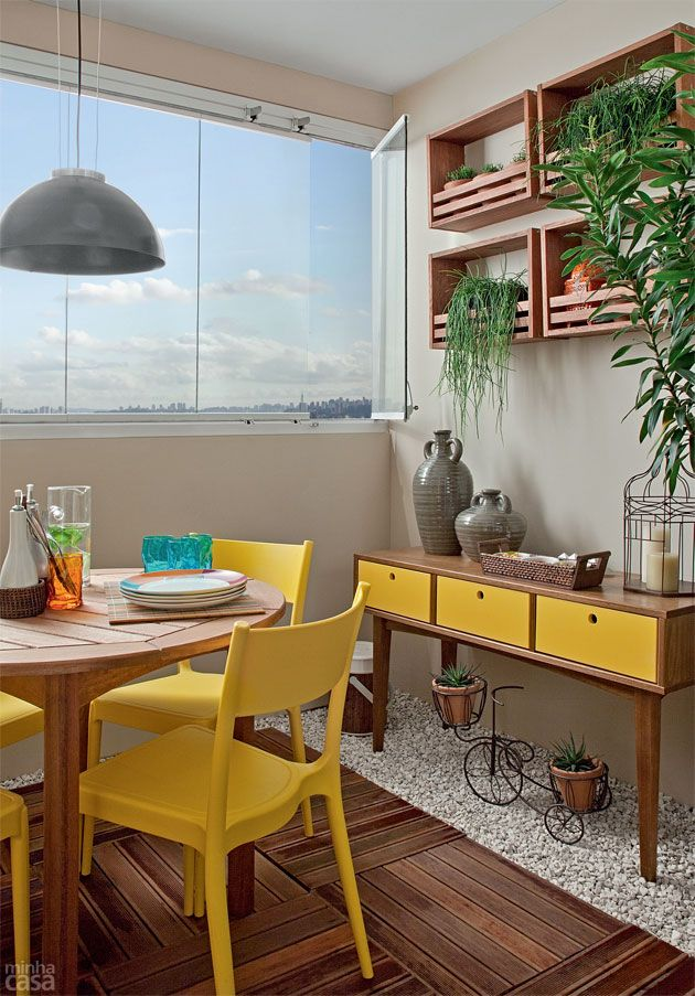 varanda com móveis amarelos e madeira natural