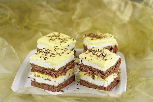 Acest tort de vanilie este un desert rafinat, ideal pentru ocazii speciale sau sărbători. Un preparat savuros şi aromat cu blat pufos, cremă vanilată şi bezea.