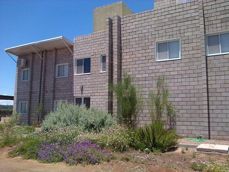 Muros de bloques de cemento simil piedra con jard n for Construccion casas hormigon