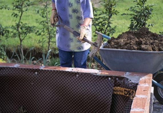 Schichten im Hochbeet - oberste 5. Schicht Gartenerde und Feinkompost gemischt - 4. Schicht Halbreifer Kompost oder verrotteter Stallmist - 3. Schicht Leicht verrottetes Laub und Gartenabfälle - 2. Schicht Rasensoden mit dem Gras nach oben - unterste 1. Schicht Häckselgut (zerkleinerte Zweige und Äste) und Grünabfällertenerde