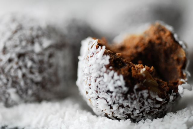 Trufle kokosowe. http://www.studiokuchnia.pl/2013/12/trufle-kokosowe/